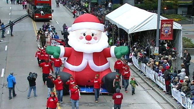 A large float of Santa parading through Pittsburgh. Source: https://pbs.twimg.com/media/CyNjryEXAAAHuAj.jpg